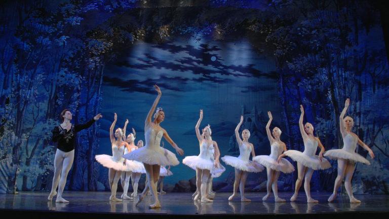К радости любителей классического балета наш профессиональный продакшн полного цикла выпустил телевизионный фильм-спектакль «Лебединое озеро». Неоспоримым достоинством работы является то, что зритель теперь может смотреть любимый спектакль в любое удобное время. Передать всю красоту действия стало возможным благодаря профессиональной многокамерной съемке. Целью, поставленной заказчиком, было потрясти воображение зрительской аудитории, показав талант исполнителей, великолепие декораций и костюмов, и, конечно же, гениальность произведения П.И.Чайковского.      Фильм-спектакль «Лебединое озеро», 1ч 40мин   Создание фильмавключало в себя следующие этапы и сервисы продакшн студии:   препродакшн разработка концепции  правоустанавливающие документы   продакшн планирование, согласование,организация и проведение съемки  съемочная группа  оборудование  многокамерная съемка  DIT  плэйбэк  монтаж на съемочной площадке   постпродакшн монтаж  цветокоррекция  компьютерная графика  удаление посторонних объектов  световые эффекты  компоузинг  графическое оформление  титры  углубленная цветокоррекция  звуковое оформление  сведение звука  BDавторинг  DVD авторинг  Тиражирование  Дистрибьюция     Многокамерная съемка позволяет монтировать видеоряд таким образом, что зритель видит все самые яркие моменты спектакля с самых удачных позиций и ракурсов. Слаженная работа команды, члены которой понимают друг друга без лишних слов, высокие технические характеристики съемочного и звукозаписывающего оборудования и уверенность в результате неизменно становятся залогом того, что заказчики отмечают уникальность готового материала, созданного нашей командой.